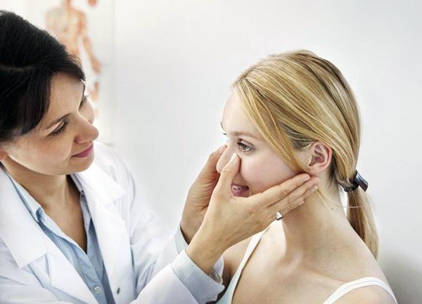 Consultation d'une esthéticienne avant les injections de toxine botulique