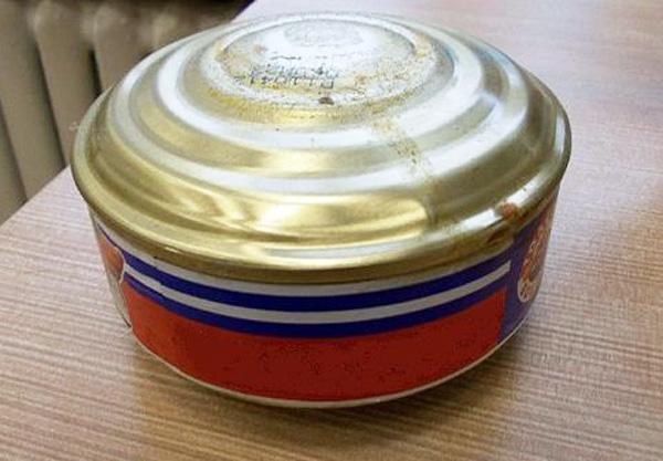 Nourriture en conserve gonflée