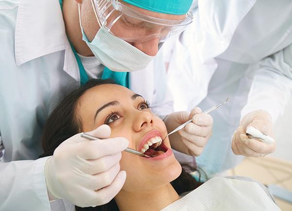 Il n'est pas recommandé de consulter le dentiste après le Botox.