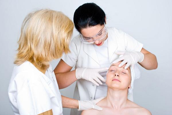 Un cosmétologue expérimenté conseillera quel médicament sera le plus efficace dans chaque cas.