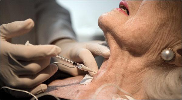 La toxine botulique est utilisée pour traiter les tremblements de la tête et de la mâchoire inférieure.