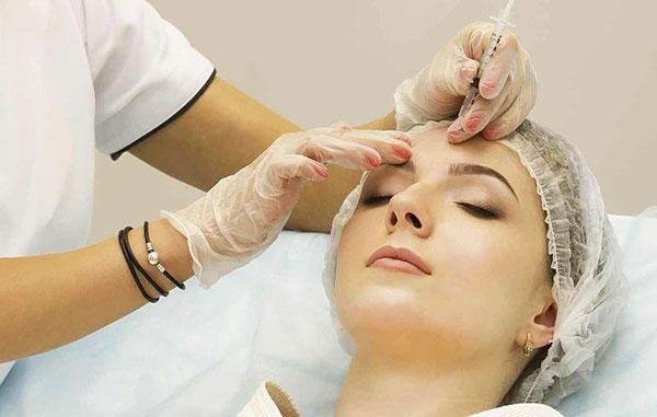 Considérez ce que sont les injections de Botox, comment la procédure est effectuée et quel effet elle permet d'atteindre ...