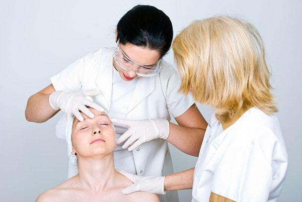 Analyse du visage du patient avant la thérapie botulinique