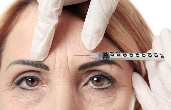 Botox est injecté dans le muscle, pas dans les rides.